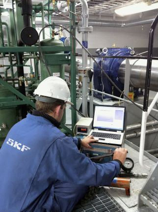 SKF Marine Engineer performing shaft jack up test